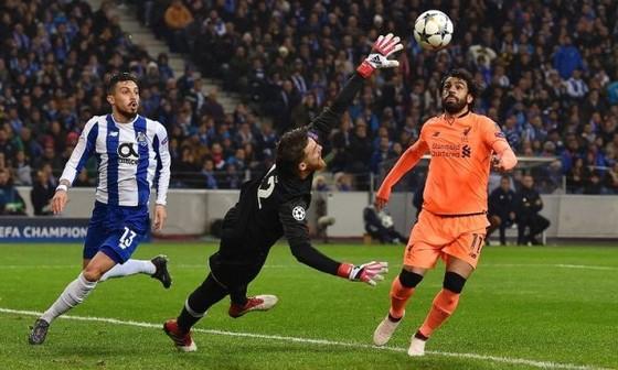 Mo Salah (phải, Liverpool) ghi bàn vào lưới Porto