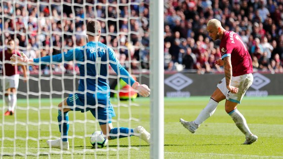 Thủ thành De Gea (trái) bất lực trước cú sút của Arnautovic (West Ham)