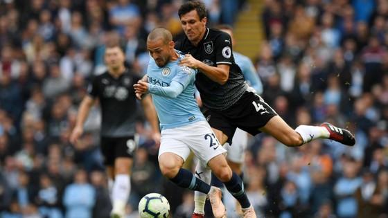 Hậu vệ Burnley không còn cách nào khác để ngăn cản David Silva (Man City)