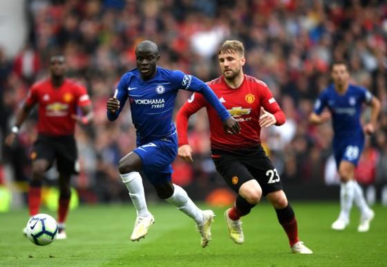 Luke Shaw bất lực nhìn N'Golo Kante (Chelsea) vượt qua.