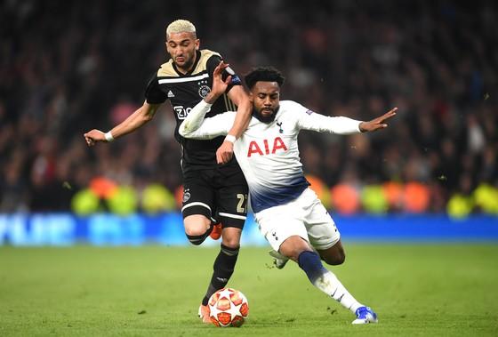 Hakim Ziyech tranh bóng với Danny Rodse (Tottenham)