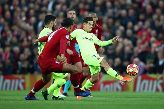 Philippe Coutinho tâng bóng trước khung thành Liverpool