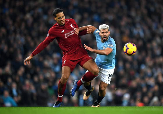 Virgil Van Dijk (Liverpool) tranh bóng với Sergio Aguero (Man City)