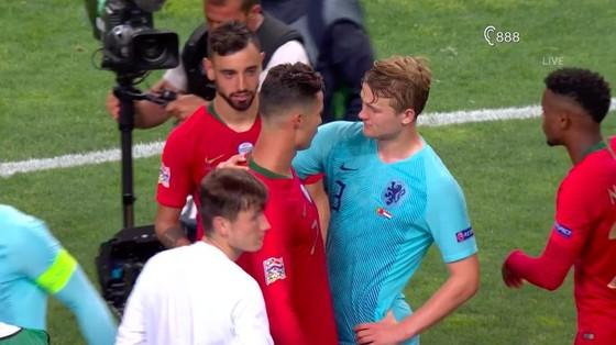Ronaldo đã ytranh thủ tiếp cận De Ligt và rủ rê sang Juventus,