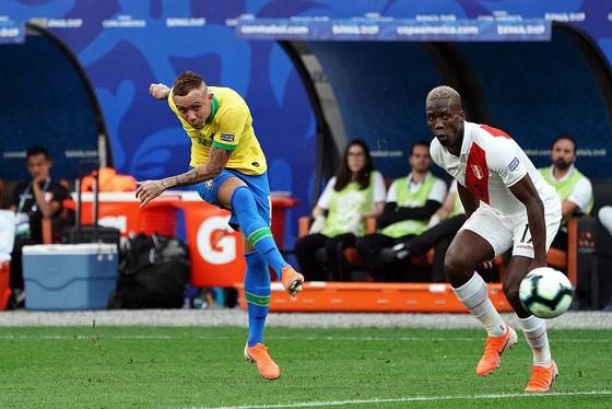 Everton (trái, Brazil) ghi bàn vào lưới Peru.