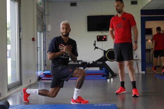 Mặt đối mặt Neymar, Giám đốc PSG buông lời đe dọa  ảnh 2