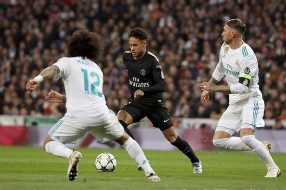 Neymar (giữa) đi bóng qua Sergio Ramos và Marcelo (Real Madrid)