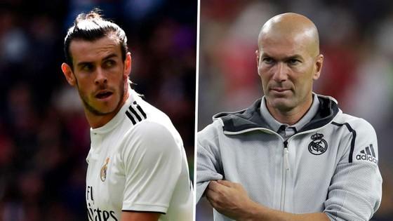 """Vì dìm hàng Gareth Bale, Zidane bị mắng là """"nỗi ô nhục"""""""