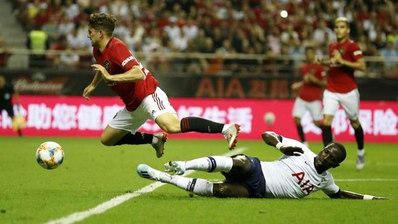 Daniel James nếm trải cú tắc của Sissoko (Tottenham)