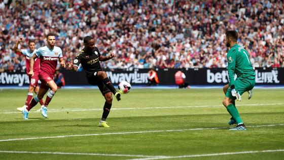 West Ham - Man City 0-5: Sterling ghi hattrick giúp City lên đầu bảng ảnh 7