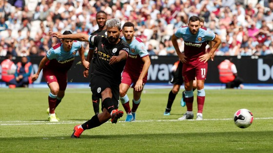 West Ham - Man City 0-5: Sterling ghi hattrick giúp City lên đầu bảng ảnh 8