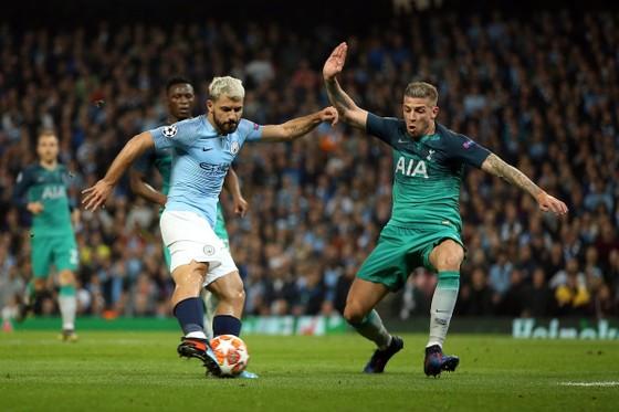 Sergio Aguero sút bóng trước hậu vệ Tottenham