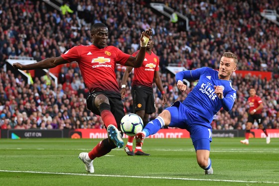 Eric Bailly (Manchester United) tranh bóng với James Maddison (Leicester City)