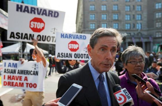 Đại học Harvard hầu tòa vì cáo buộc phân biệt đối xử với sinh viên gốc châu Á ảnh 1