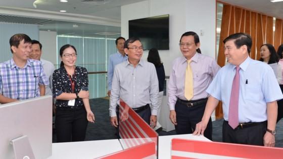 Chủ tịch UBND TPHCM Nguyễn Thành Phong chúc mừng Báo SGGP ảnh 1