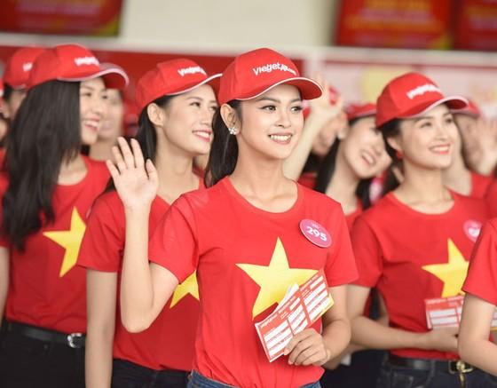 Top 43 Hoa hậu Việt Nam rực rỡ thu hút hàng triệu hành khách Vietjet ảnh 8
