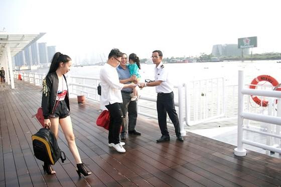 Hành khách lên chuyến tàu cao tốc du lịch tại bến Bạch Đằng
