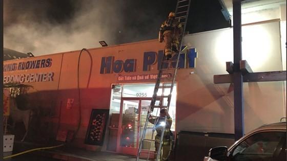 Cháy lớn trong trung tâm thương mại tại quận Cam ảnh 2