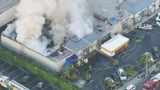 Cháy lớn trong trung tâm thương mại tại quận Cam ảnh 1