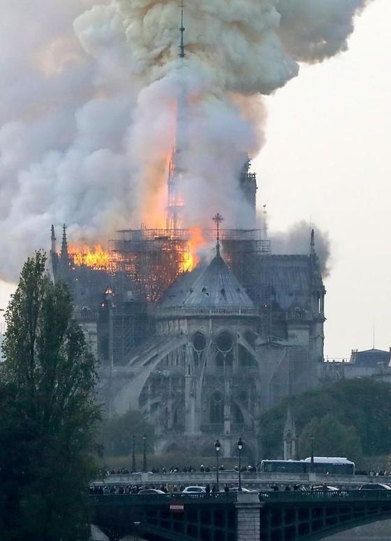 Nhà thờ Đức Bà Paris 850 năm tuổi cháy lớn ảnh 2