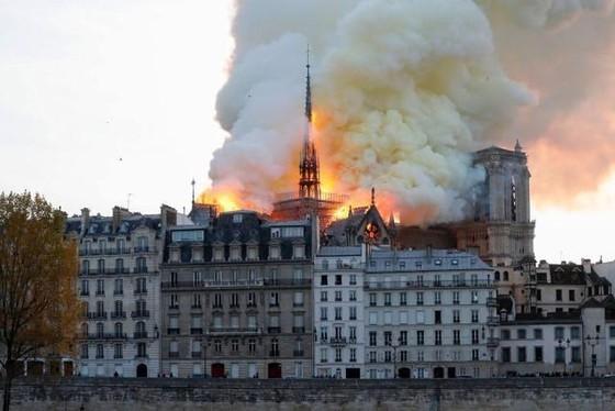Nhà thờ Đức Bà Paris 850 năm tuổi cháy lớn ảnh 4