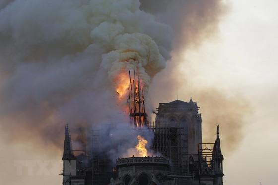 Nhà thờ Đức Bà Paris 850 năm tuổi cháy lớn ảnh 6