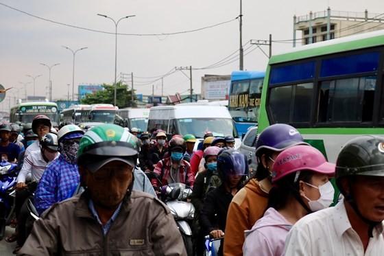 Người dân tấp nập trở lại TPHCM sau kỳ nghỉ lễ ảnh 3