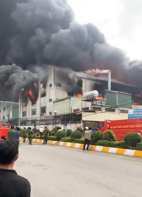 Huy động 200 cán bộ PCCC đến KCN Việt Hương ảnh 12