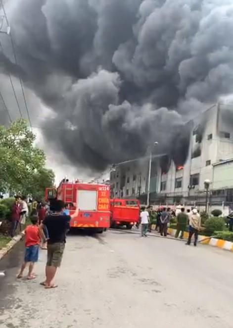 Huy động 200 cán bộ PCCC đến KCN Việt Hương ảnh 13