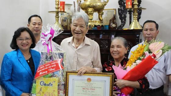 Phó Bí thư Thường trực Thành ủy TPHCM Tất Thành Cang thăm, chúc thọ người cao tuổi ảnh 4