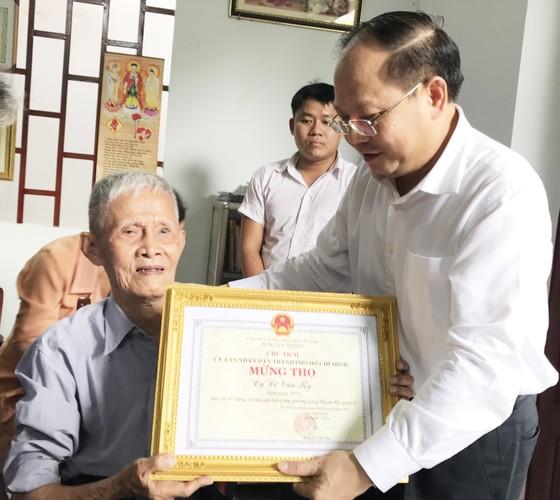 Phó Bí thư Thường trực Thành ủy TPHCM Tất Thành Cang thăm, chúc thọ người cao tuổi ảnh 2