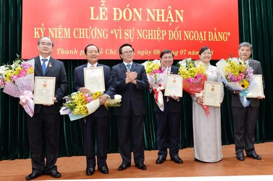 """8 lãnh đạo, nguyên lãnh đạo TPHCM nhận Kỷ niệm chương """"Vì sự nghiệp đối ngoại Đảng"""" ảnh 1"""
