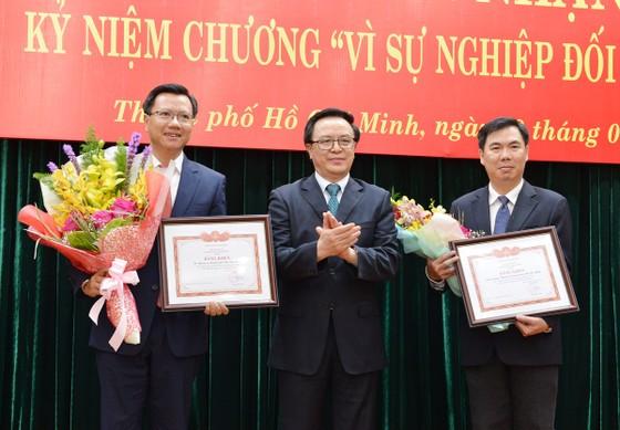 """8 lãnh đạo, nguyên lãnh đạo TPHCM nhận Kỷ niệm chương """"Vì sự nghiệp đối ngoại Đảng"""" ảnh 3"""