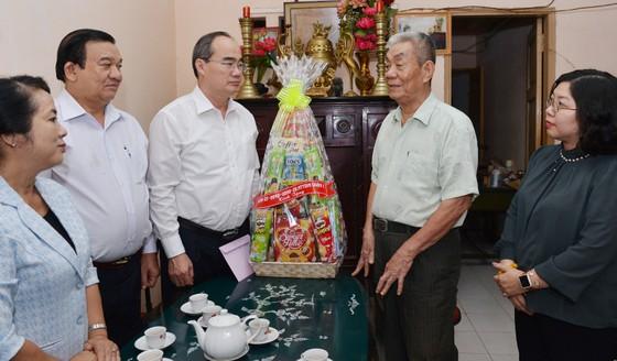 Bí thư Thành ủy TPHCM Nguyễn Thiện Nhân thăm mẹ Việt Nam Anh hùng ảnh 1