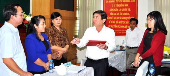 Chủ tịch UBND TPHCM Nguyễn Thành Phong: Kìm giữ dân số ở trung tâm TPHCM ảnh 1