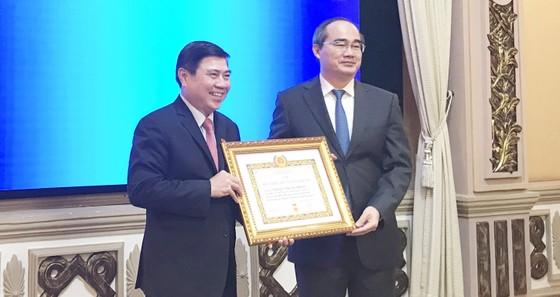 Chủ tịch UBND TPHCM Nguyễn Thành Phong nhận Huy hiệu 30 năm tuổi Đảng: Không ngừng rèn luyện! ảnh 2