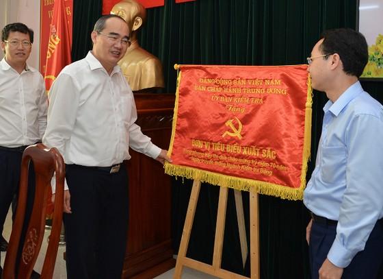 Bí thư Thành ủy TPHCM Nguyễn Thiện Nhân giao nhiệm vụ trong ngày làm việc đầu năm ảnh 3