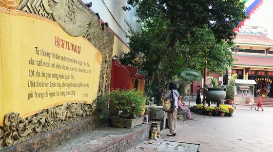 Di dời lư hương tại tượng đài Trần Hưng Đạo về nơi tôn nghiêm ảnh 2