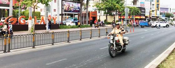 Đoàn xe gắn máy gầm rú trên làn đường ô tô ảnh 2