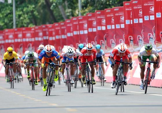 Cúp xe đạp Truyền hình: Huỳnh Thanh Tùng vẫn mặc áo vàng ảnh 1