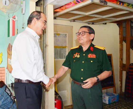 Bí thư Thành ủy TPHCM Nguyễn Thiện Nhân thăm gia đình có công dịp 30-4 ảnh 2
