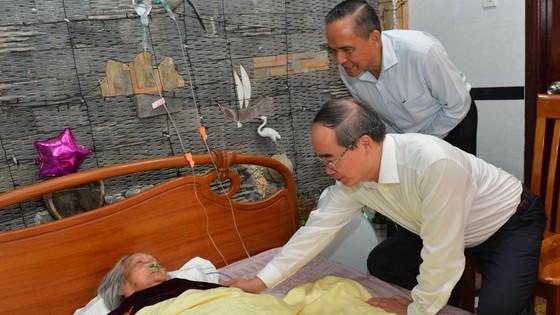 Bí thư Thành ủy TPHCM Nguyễn Thiện Nhân thăm gia đình có công dịp 30-4 ảnh 3