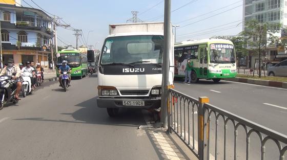 Va chạm liên hoàn, nhiều hành khách trên xe buýt hoảng sợ ảnh 1