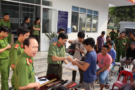 Người dân đổi hung khí nhận quà ở quận Bình Thạnh ảnh 2