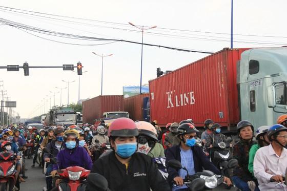 Va chạm với xe ben trên xa lộ Hà Nội, 1 người tử vong, ùn ứ kéo dài ảnh 1