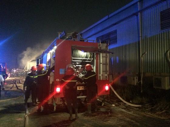 Gần 100 chiến sĩ chữa cháy dập lửa ở kho giấy tại TPHCM ảnh 2