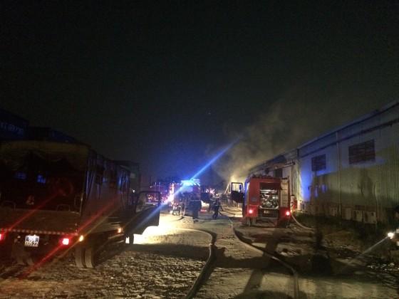 Gần 100 chiến sĩ chữa cháy dập lửa ở kho giấy tại TPHCM ảnh 4