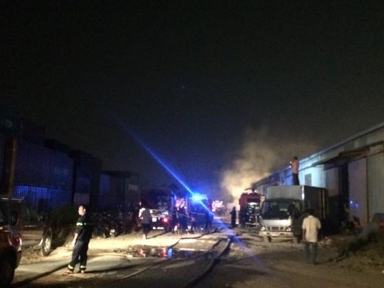 Gần 100 chiến sĩ chữa cháy dập lửa ở kho giấy tại TPHCM ảnh 3
