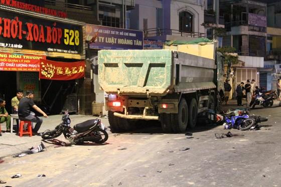 """Vụ xe ben """"điên"""" tông nhiều xe máy: 1 nạn nhân đã tử vong ảnh 3"""