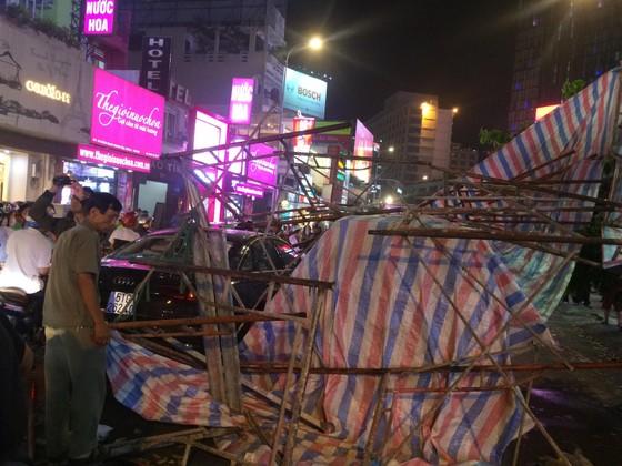 Giàn giáo đổ sập đè 2 ô tô giữa trung tâm TPHCM, nhiều người thoát chết ảnh 3